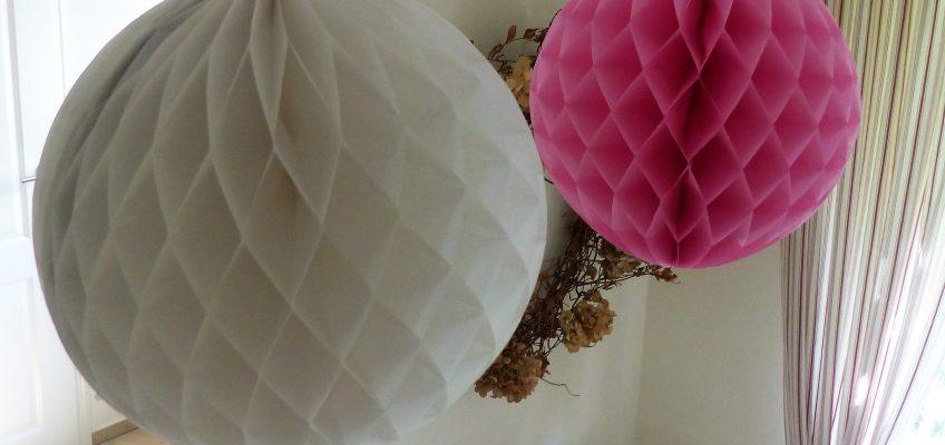 Neu im Sortiment: Dekoball ca. 30cm rot, weiss oder pink Pompon aus Seidenpapier